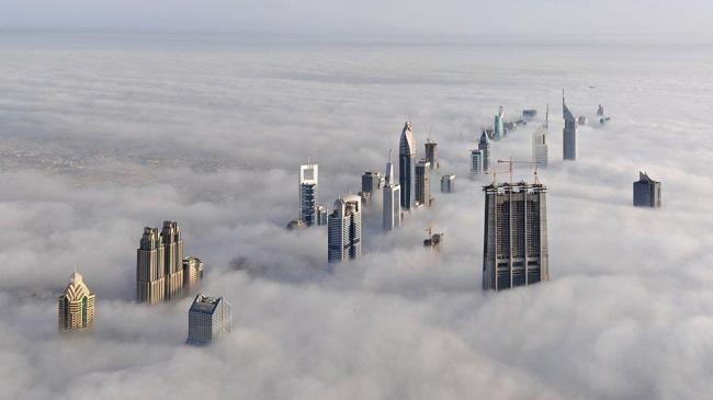 Вид Дубая в облачную погоду. Фото сделано с вершины башни «Бурж Дубай»