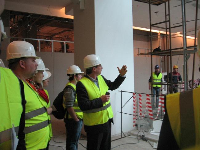 «Метрополис». Борис Левянт показывает атриум торгового центра. Фоторафии: Натальи Коряковской
