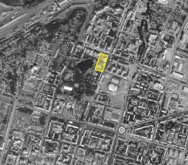 Жилой комплекс расположен в историческом центре. Квартал раскрывается в сторону парка им. Якутова и озера Солдатского. На границе квартала – лютеранская кирха. А в радиусе двух кварталов находится ледовый дворец «Уфа-арена» и высотная доминанта – банк УралСиб. Жилой комплекс «Аристократ»