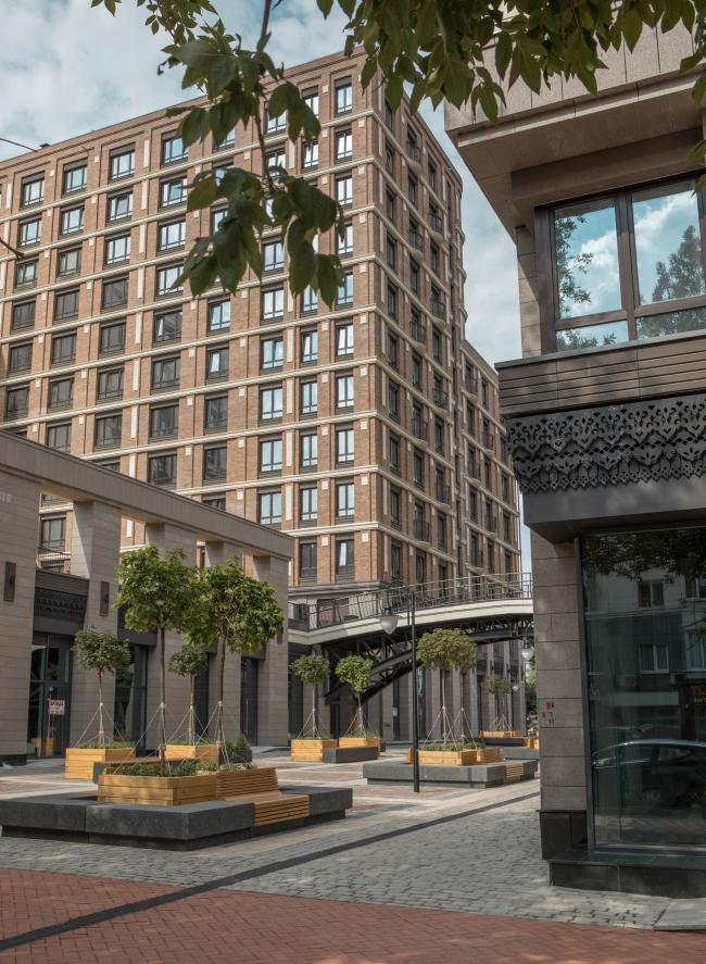 Променад заводит улицу Ленина внутрь квартала. Мотивы исторической деревянной архитектуры воплощены в декоре стилобатов. Жилой комплекс «Аристократ»
