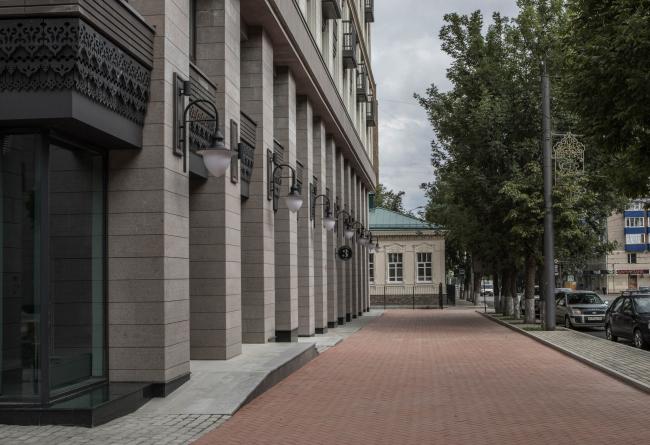 Красная линия  в новом квартале смещена и открывает пешеходный тротуар. Новые строения задают масштаб окружающей застройке. Жилой комплекс «Аристократ»