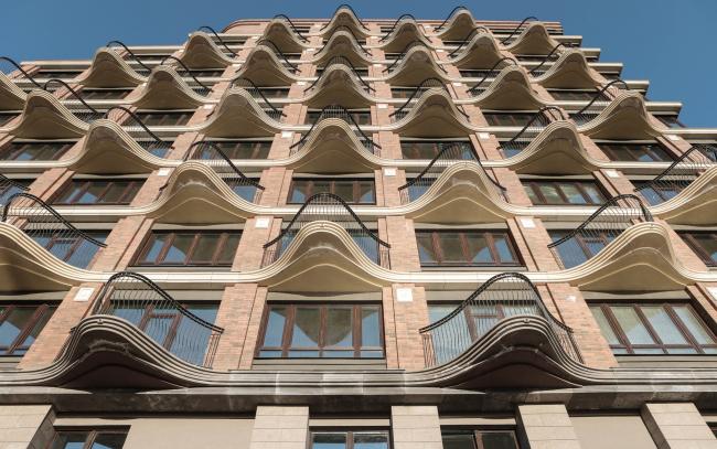 Видовые ажурные балконы обращены к центру озера. Жилой комплекс «Аристократ»