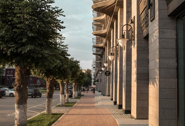 Частная застройка по ул. Белякова примыкала к детской железной дороге в парке. Эта часть квартала была непроницаема для города. Жилой комплекс «Аристократ»