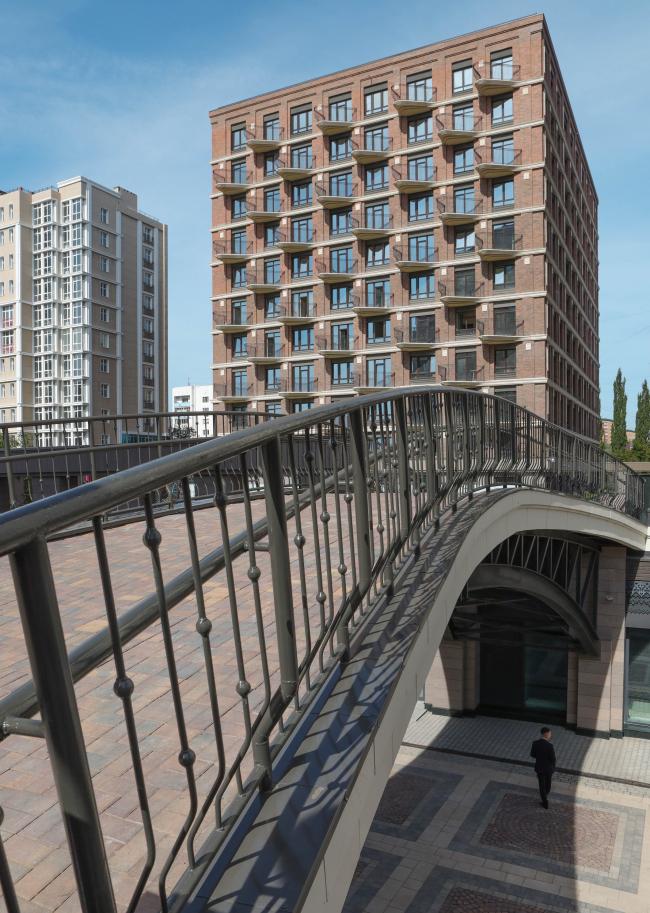 Мостик соединяет дворовое пространство, прорезанное променадом. Жилой комплекс «Аристократ»