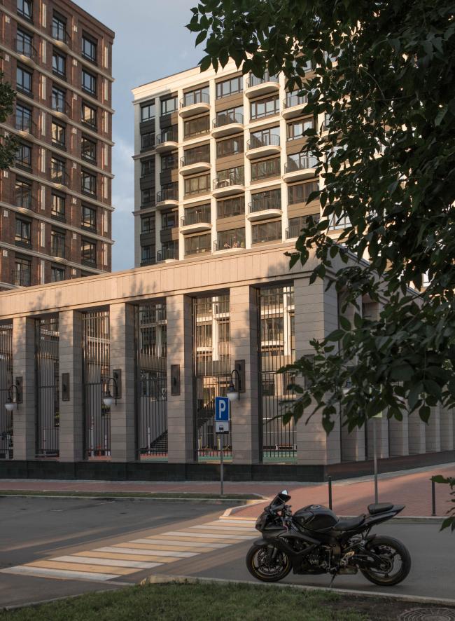 Перекресток улиц Белякова и Краснодонской. Стилобат 1 находится в одном уровне с улицей. Жилой комплекс «Аристократ»