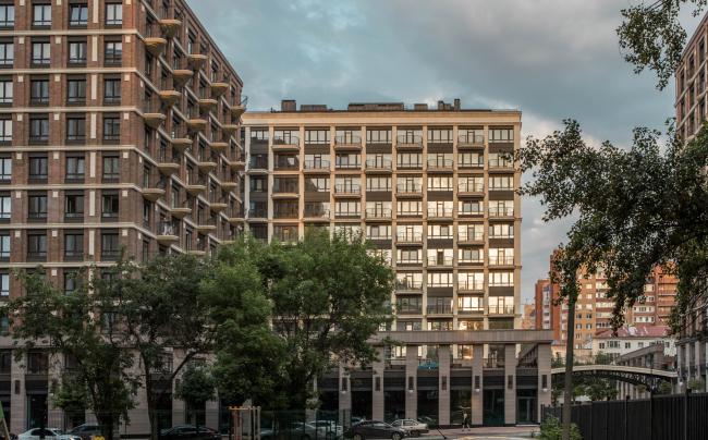 Видовые балконы секции 2Б мигрируют по фасаду и меняют форму по направлению к центру озера. Конфигурация этих балконов отличается от балконов секции 1Б. Жилой комплекс «Аристократ»