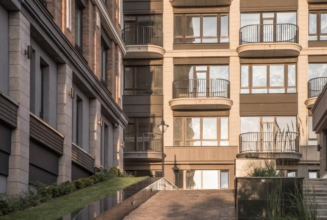 Вход во двор с стороны парка – единственный непосредственно с отметки улицы. Жилой комплекс «Аристократ»