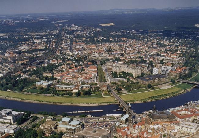 Вид на исторический центр города и прилегающий район Иннере Нойштадт, Отто Герхард (Otto, Gerhard), 1998.05.09, Aufn.-Nr.: df_hauptkatalog_0749317, SLUB / Deutsche Fotothek)