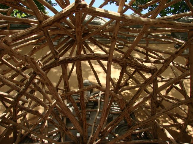 Та же пергола изнутри – «купол» из сучьев