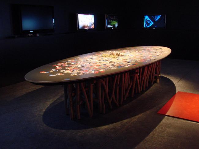 Павильон России. Зал девелоперов («черный»). На столе – шахматы. Ножки стола исполнены Николаем Полисским