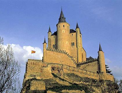 Алькасар. Сеговия, Испания. Замок динамично «вырастает» из скалистого основания, создавая композиционную целостность, символизирующую неприступность и защиту. Архитектура сооружения не только не разрушает лендшафт, но и придет не свойственную ему выразительность.