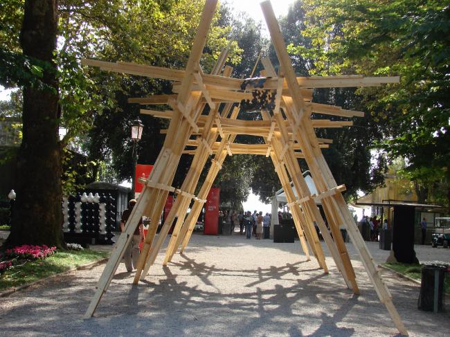 Деревянная конструкция «Триумфальной арки», установленная в Джардини для лауреатов «Золотого льва» биеннале архтектуры. Из-за дождя в день церемонии арку использовать не удалось и триумфа не получилось