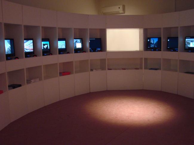 Павильон России. Зал электронного каталога («белый»). 16 компьютеров, 30 архитектурных студий, преставлено более 300 объектов. Разработка и реализация – Архи.ру