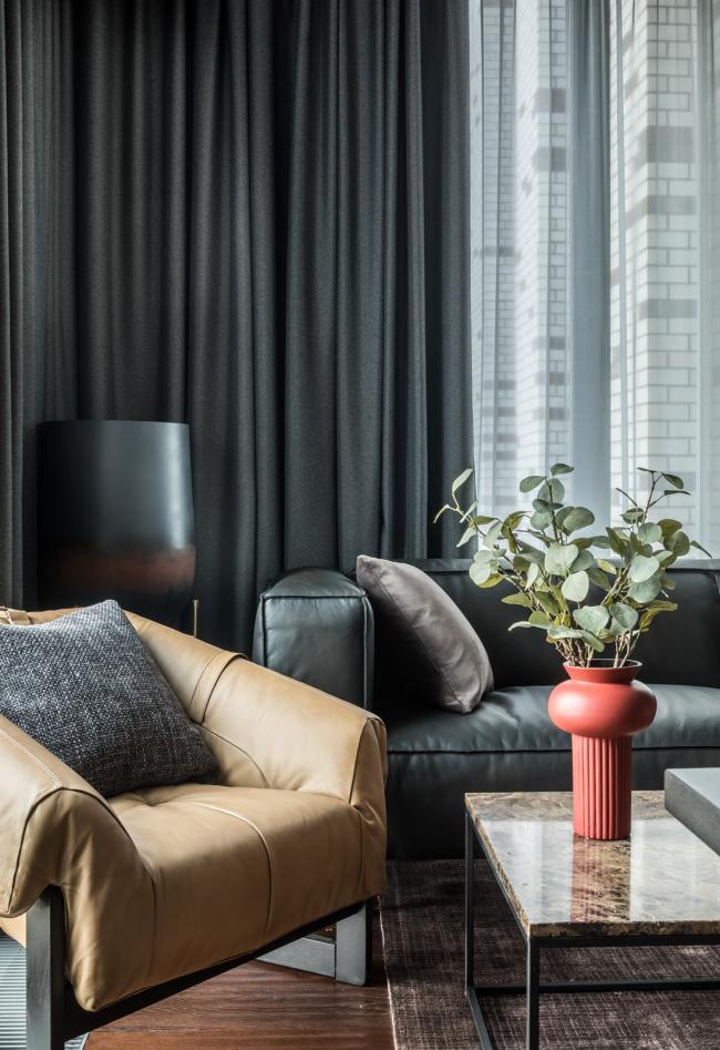 Пресня Сити 50. Журнальный столик из мрамора, напольная ваза, ковер Dome Deco, кресло Pure