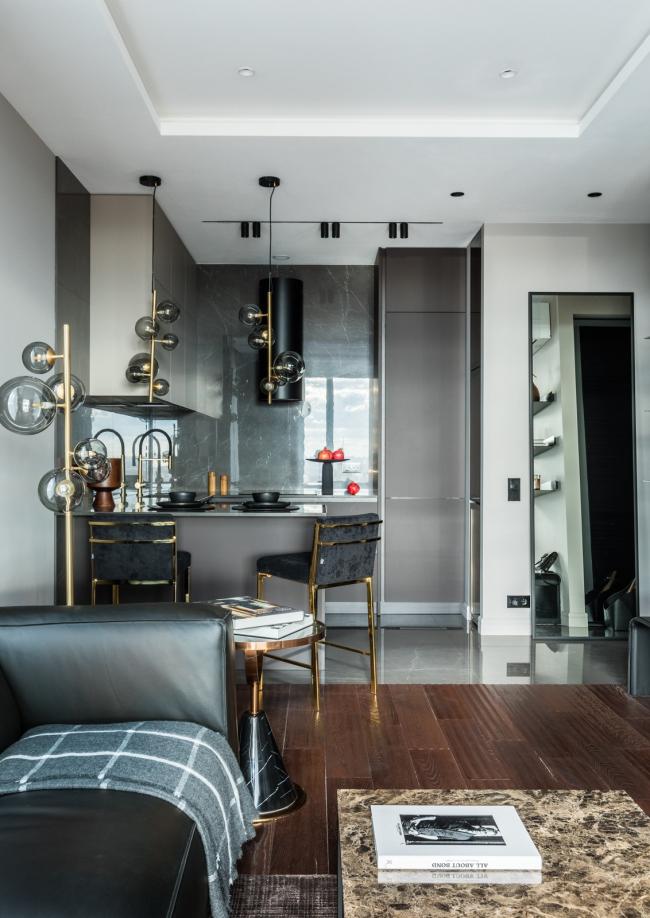 Пресня Сити 50. Кофейный столик, барные стулья Eichholtz, подвесные светильники Dome Deco