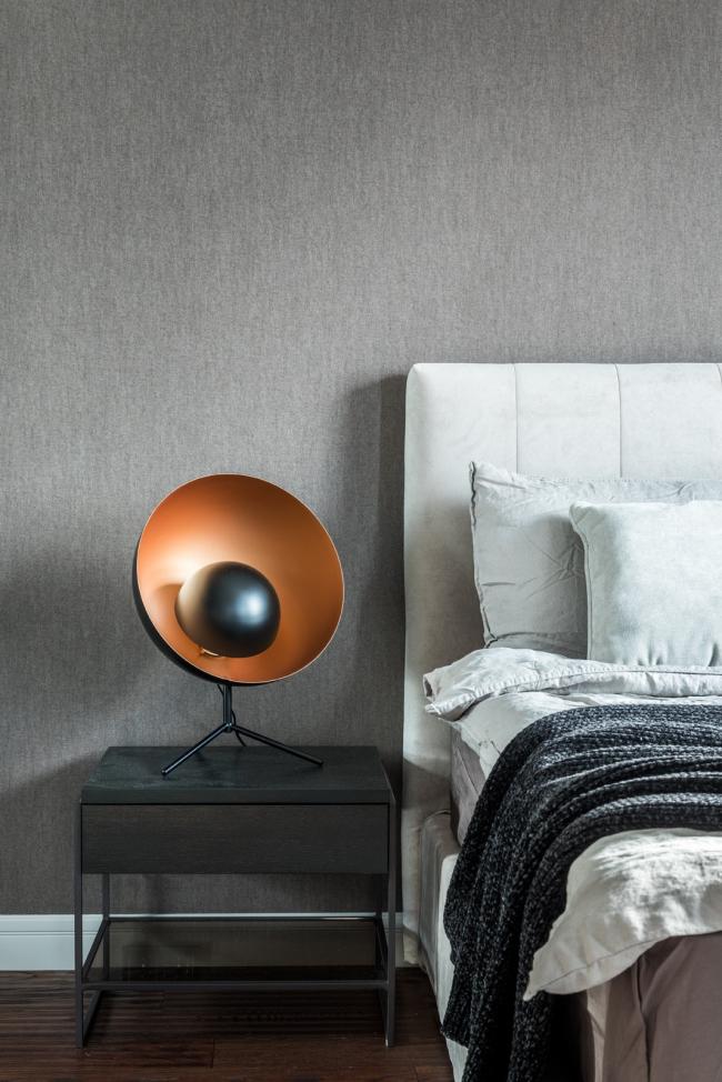 Пресня Сити 50. Лампа BoConcept, ковер Dome Deco, кровать Felis, обои Arte