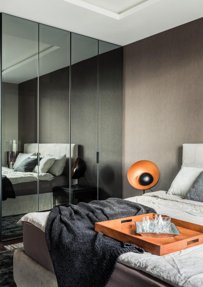 Пресня Сити 50. Лампа BoConcept, ковер Dome Deco, кровать Felis, обои Arte, шкаф с зеркальными дверцами Union