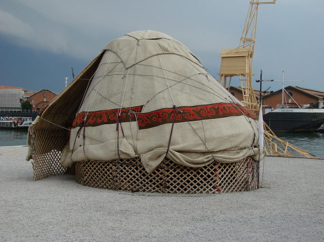 Кочевая юрта (номад) Тотана Кузембаева - одна из кураторских экспозиций Кордери