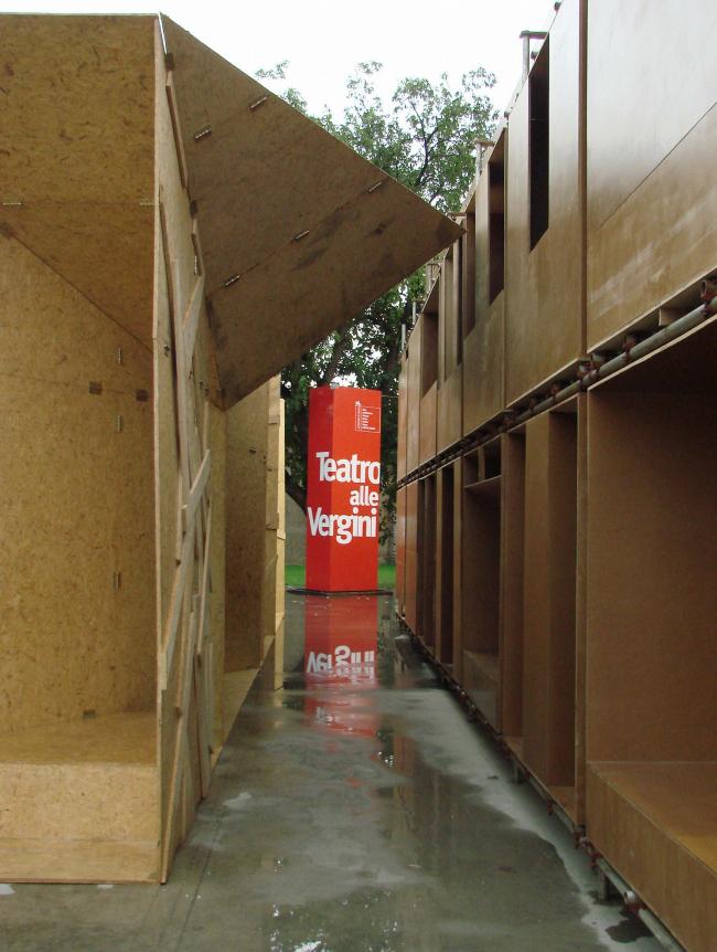 Teatro alle Vergini. Временные домики китайских арихеткторов. Тот, который слева - предназначен заодно и для сбора воды; тот, который справа - трехэтажный и даже в верхнем ярусе имеет смотровую площадку