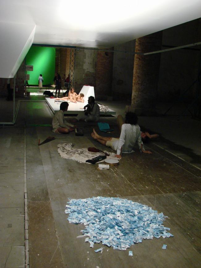 Кордери. Инсталляция Филиппа Рахма. На первом плане поют, на втором – «загорают» под электрическими лампочками нагишом