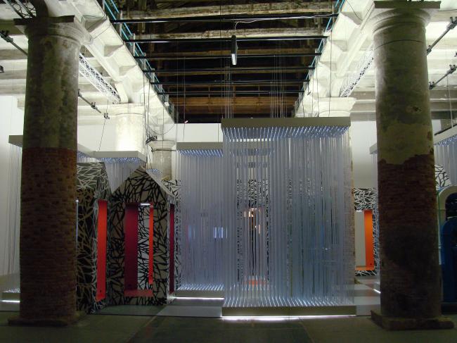 """Кордери. Инсталляция PENEZIC&ROGIN architects под названием """"Кто боится большого злого волка и век цифровых технологий?"""". Очень уж путаная, но цветная и хорошо освещенная"""