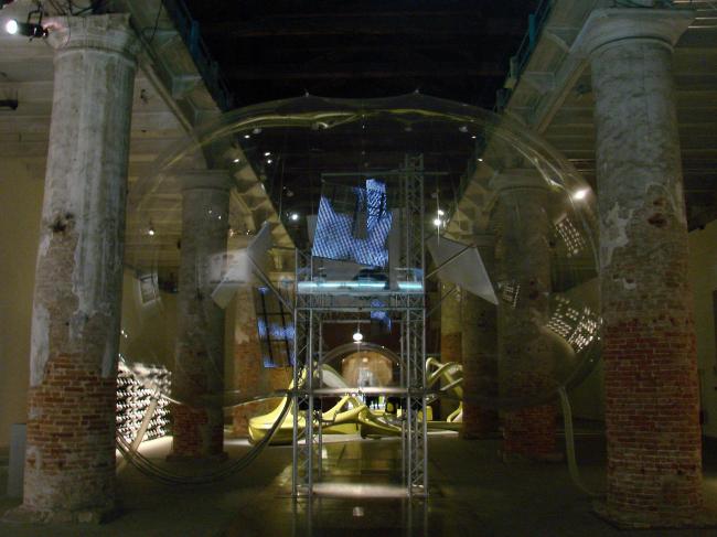 Кордери. Инсталляция Куп Химмельб(л)ау - большой пластиковый пузырь, напоминающий кабину фантастического космического корабля