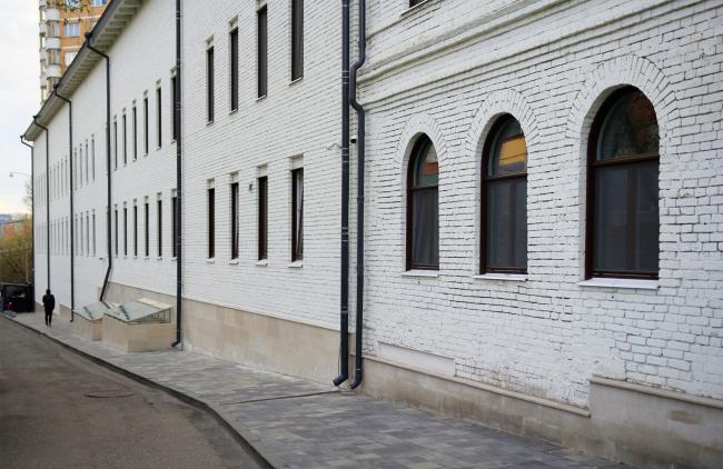 Справа историческое здание, слева современное (2018). Комплекс офисных зданий на Верхней Красносельской улице. Мастерская Николая Лызлова