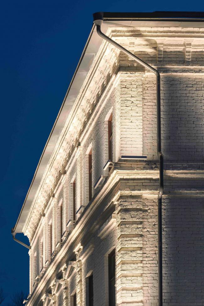 Комплекс офисных зданий на Верхней Красносельской улице. Фрагмент фасада. Вечернее освещение