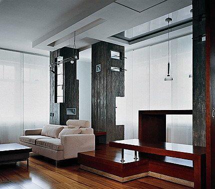 ПУСТОТА И ПАЛИТРА На бетоне повторен рисунок деревянных досок. Вся мебель сосредоточена в нижнем регистре. Легкий, но хорошо структурированный верх. Мастер чистой композиции Быков любит дерево, бетон, охру. Из его интерьеров заказчики не хотят переезжать в другие, даже большие по площади: дизайн десятилетней выдержки ничуть не устарел.