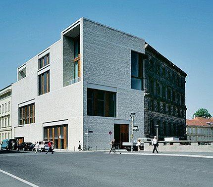 РОВНО ПО МЕРКЕ Пропорции и освещенность интерьеров занимают архитектора. В них проявляется мастерство. В берлинской галерее Am Kupfergraben 10 внутреннее пространство устроено так, чтобы свет достигал всех экспонатов. При этом окна различаются по ширине и высоте. Следовательно, по-разному организованы и залы. Но нестандартность окон внутри не ощущается.