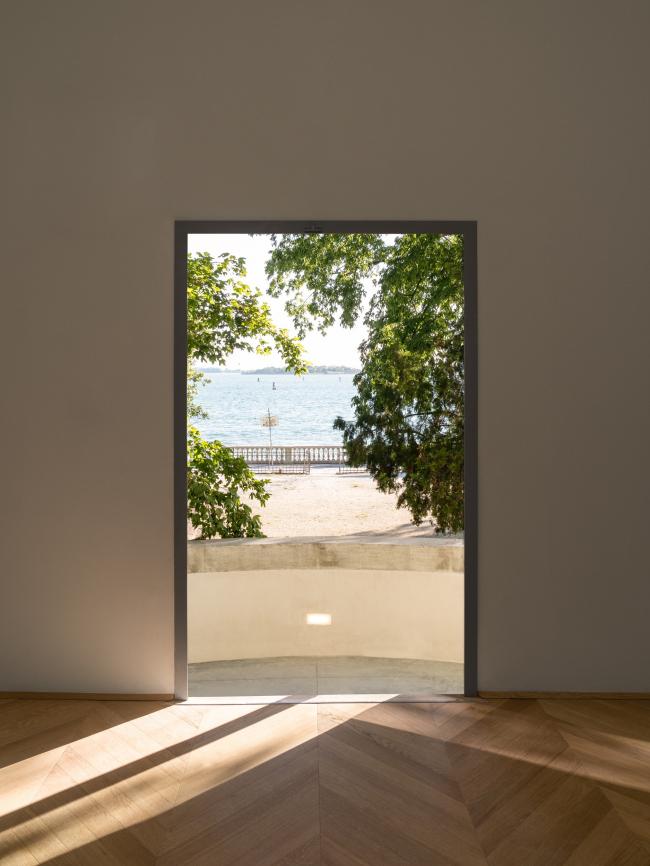 Вид из двери центрального зала на лагуну. Реконструкция павильона России на биеннале в Венеции, 2020-2021 / реализация / 05.2021