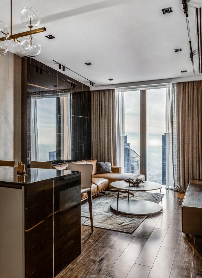 Апартаменты в ЖК Neva Towers. Диван, журнальный столик и ковер Ditre, кухня Cesar, стулья Bonaldo