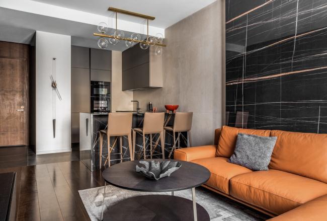 Апартаменты в ЖК Neva Towers. Диван, журнальный столик и ковер Ditre, кухня Cesar, стулья Bonaldo, люстра Eichholtz