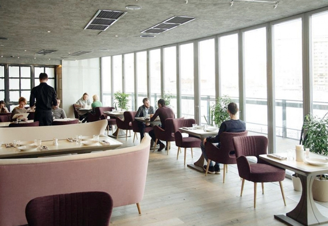 Ресторан «БАРБОРИС» на 1 этаже «Ельцин-центра» в Екатеринбурге остеклен с использованием складной теплоизолированной системы Solarlux Highline-Ecoline, которую отличает энергоэффективность, безопасность и способность выдерживать экстремальные температуры