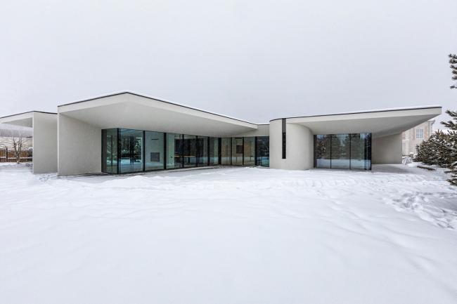 Создать дом в КП «Монтевиль» под поэтичным названием White Wings (Белые Крылья) пришла заказчику и архитектору Александру Жидкову совместно в 2020 году