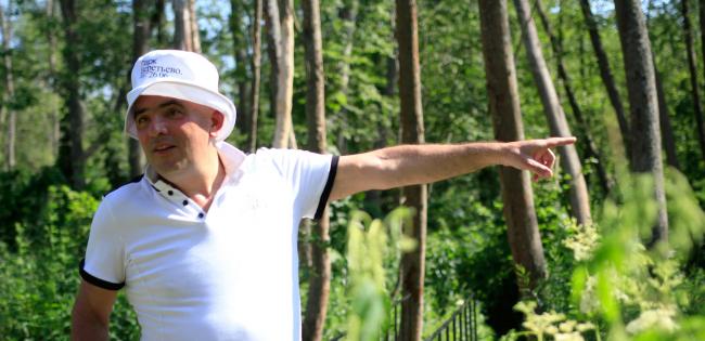 Григорий Ревзин ведет экскурсию по парку Александра Бродского в Веретьево