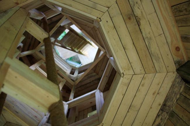 Ротонда: лестница, отраженная в зеркале. Над зеркалом – верхний ярус. Парк Александра Бродского в Веретьево