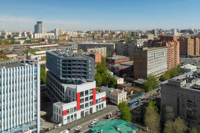 Окружение – более чем пестрое, включает несколько крупных, хотя не самых замечательных, зданий периода советского модернизма. Апартаменты Tatlin