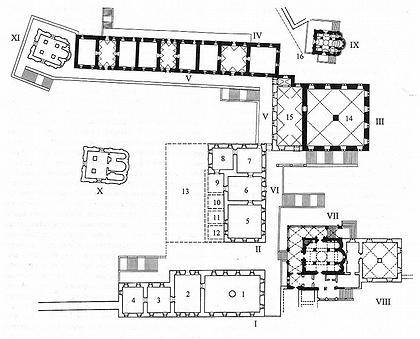 План центральной части Кремлевского дворца в ХVI в, (в уровне второго этажа). Реконструкция с наименованием помещений по документам ХVI-нач. ХVII в. Черной заливкой выделены сохранившиеся здания. I. Блок помещений Набережной палаты: 1. Палата набережная большая; Большая изба (?); 2. Палата набережная передняя; Палата набережная средняя; Ответная палата; 3. Палата набережная малая (меньшая); 4. Комната; Палата, где бояре судят II. Блок помещений Золотой палаты: 5. Средняя палата; Средняя изба; Золотая палата; 6. Сени Средней палаты; Сени Золотой палаты; Проходные сени; 7. Западная палата; Проходная палата; Малая подписная проходная палата; 8. «Палата постельная посторонь Проходной палаты»; Комната; 9-12. «Палаты где живал Государь и Великий князь Иван Васильевич, что слыл чердак Государыни Настасии Романовны» (?): 9. Передние сени; 10. Передняя палата; 11, 12. Комнаты; 13. Брусяная столовая изба III. Блок помещений Грановитой палаты: 14. «Палата большая великого князя на площади»; Грановитая палата; 15. Сени Грановитой палаты IV. Блок Постельных хором V. Постельное крыльцо; Постельные переходы VI. Передние переходы; Красное крыльцо VII. Благовещенский собор с Казенной палатой VIII. Казенный двор IX. Церковь Ризположения на митрополичьем дворе 16. Пунктиром условно обозначена граница митрополичьего и великокняжеского дворов Х. Церковь Спаса на Бору XI. Церковь Рождества Богородицы на Сенях