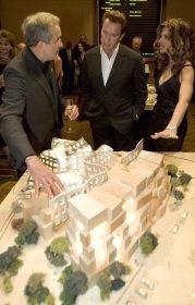 Губернатор Калифорнии Арнольд Шварценеггер с супругой осматривают макет будущего Института