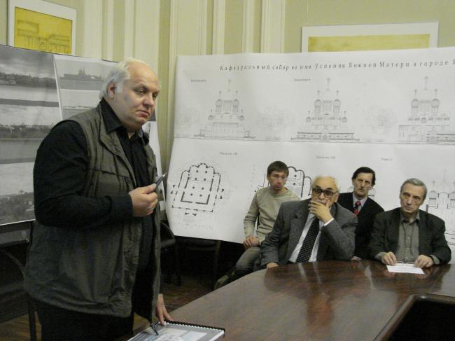 Алексей Денисов представляет проект почти построенного собора специалистам. 20 ноября 2008 г. Фото Ю.Тарабариной