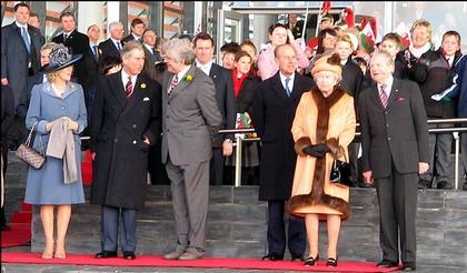 Королева Елизавета II, герцог Эдинбургский, Принц Уэльский и герцогиня Корнуолская на церемонии открытия здания Ассамблеи