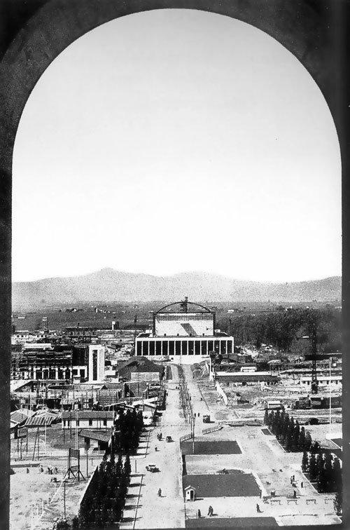 Район EUR в процессе строительства. Вид на Дворец конгрессов из окна «Квадратного Колизея»