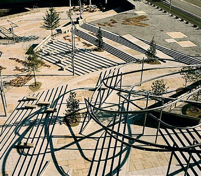 ДЛЯ ЛЮДЕЙ В портфолио бюро много проектов общественных мест. У каждого — свое лицо. Есть площадки для увеселений и детских игр, есть и строгие променады. Бенедетта даже взялась за то, чтобы превратить гигантский портовый район Гамбурга Хафенсити в парки и променады (на фото). Они террасами будут спускаться к Эльбе. Опорные стенки этого слоеного пирога покрыты кирпичной мозаикой. Рыбки и орнаменты радуют глаз.