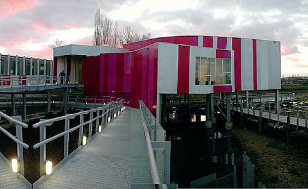 ПЕРЕКЛИЧКА  Здания ведут диалог с окружением. Своей формой, цветом, орнаментальным декором. Кричащие цвета павильона Arcelor в Люксембурге тоже соответствуют этому правилу. Они перекликаются с цветом диких роз парка, расположенного вокруг. Павильон поднят над землей на сваях, потому что возведен на влажном грунте. И к тому же так он виден отовсюду.