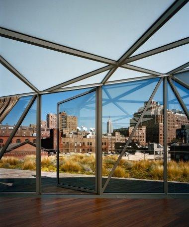 Пентхауз шестого этажа, выход на зеленую террасу с видом на Эмпайер Стейт Билдинг.