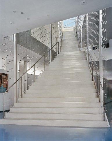 Вид на лестницу-канделябр (Stairdelier).