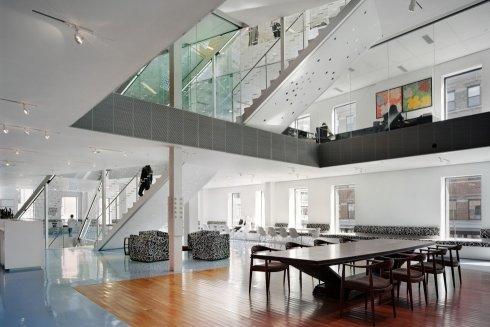 Шоу-рум второго этажа с видом на лестницу-канделябр (Stairdelier), ведущей к роскошному пентхаузу Дианы на шестом этаже.