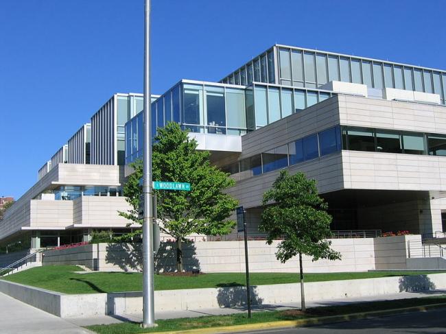 Школа бизнеса Университета Чикаго. Фото: Spikebrennan via Wikimedia Commons. Лицензия GNU Free Documentation License, Version 1.2