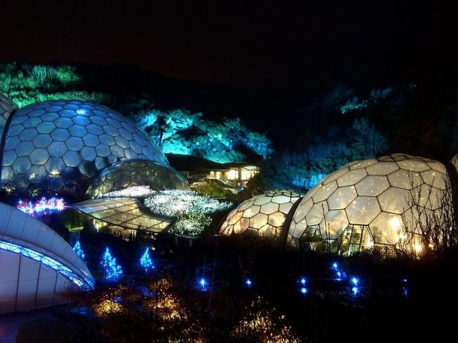 Проект Эдем. Вид ночью. Фотография: Mark Vallins via Wikimedia Commons. Лицензия CC-BY-3.0